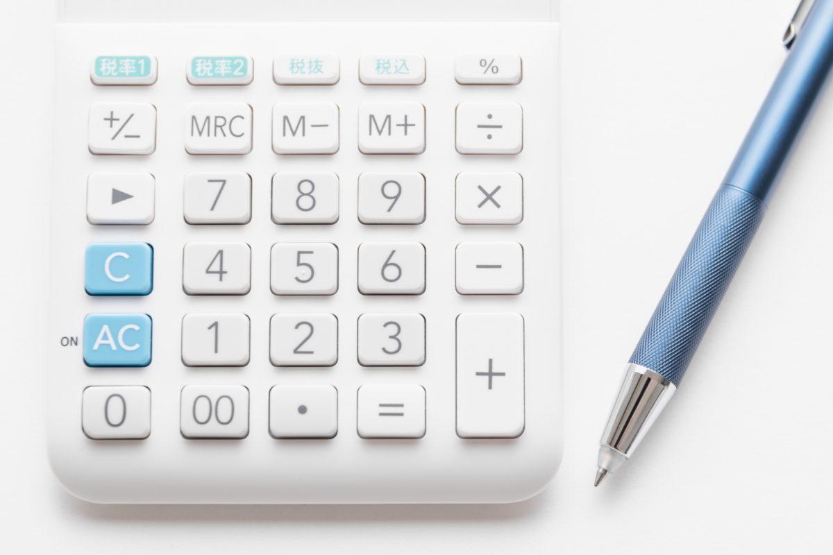 白ボールペンと電卓